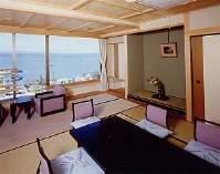 広い窓の外いっぱいに広がる七尾湾。新館「涌浦館」客室。