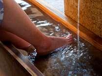 源泉100%大観荘宿泊者専用の無料足湯。足湯専用タオルあります。御自由にお使い下さい。
