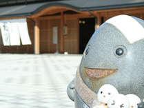 総湯前の和倉温泉キャラクター「わくたまくん」