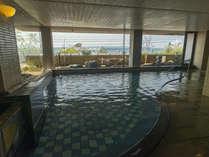 海を一望!源泉かけ流しの大浴場(女湯・男湯は入れ替えで両方ご利用いただけます)