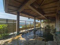 源泉かけ流しの露天風呂。海を眺めながら心地よい風を感じる至福のひとときを。