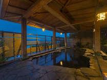 夕暮れの露天風呂も風情があります。波音を聞きながらごゆっくりと…。