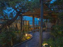 露天風呂へのアプローチも素敵♪男湯と女湯は朝晩入れ替えなので、両方楽しめます。