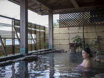 開放感ある露天風呂。波音を聞きながらごゆっくり入浴ください