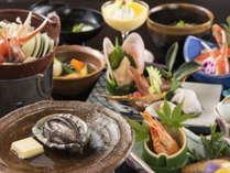 能登の豊かな海山の幸や郷土料理を中心に、季節の味をお楽しみください。