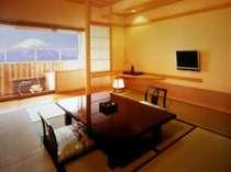 富士山側の露天風呂付き客室でございます。富士山を眺望できる優雅なひとときをどうぞ。
