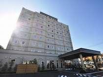 ☆ホテル前には平面の無料駐車場あり