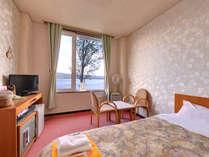 """*洋室ツイン/日本最大のカルデラ湖""""屈斜路湖""""を望む客室。清潔に設えたベッドルームで安眠の夜を。"""