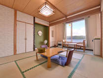 """*和室6~10畳(湖面側)/日本最大のカルデラ湖""""屈斜路湖""""を望む客室。団欒のひと時をお過ごし下さい。"""