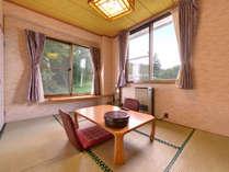 *和室6~10畳(山側)/畳の薫り、芳しい木の香。和の情緒あふれるお部屋で安らぎの時間をお過ごし下さい。