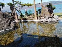 *露天風呂/碁石ヶ浜より集めた小石を湯底に敷き詰めた珍しい湯船。湖畔を望みながら贅沢な湯浴みを。