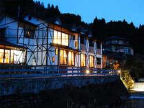 ≪外観≫花合野川沿いに建つ当ペンション。全9室でプライベート◎。由布院への観光も楽々です♪