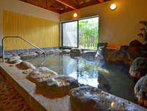 【岩風呂】眼前に美しい花合野川を望む内湯岩風呂。窓をあけると、川のせせらぎが心地よく響きます。