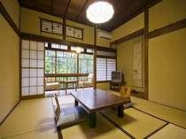 【本館客室】18番心から寛げる客室(一例)雪見障子は和風建築ならでは。