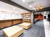 【コモンスペース】京都の情報はここにお任せ。フロント前にスタッフのおすすめ情報を集めています。