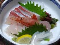 【お刺身】旬の魚介類を数種類、お造りにしています。鮮度も甘味も抜群です!