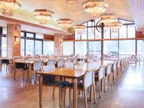 太陽の光がいっぱいの明るいレストラン