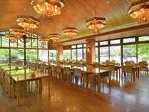明るい光がやさしく降り注ぐレストランホール