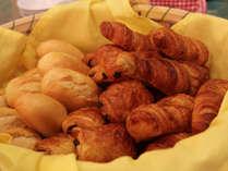 ☆朝食はバイキング形式:焼きたてのパンは香りも◎