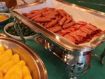 ☆朝食はバイキング形式:パリッとソーセージ、ベーコンなど洋食も♪。(メニューは一例です)