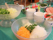 ☆朝食はバイキング形式:サラダは種類も豊富♪。(メニューは一例です)