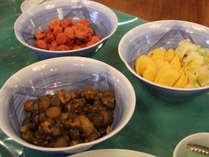 ☆朝食はバイキング形式:お漬物は3種類!。(メニューは一例です)
