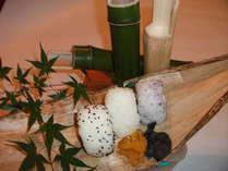 竹の皮に包んだおにぎりと竹水筒