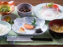 朝食 地元で採れたお米や野菜を使った料理です