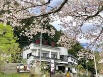 豊かな自然に囲まれ1300年の歴史を持つ湯谷温泉。当館には 湯谷温泉街を一望できる高台に位置する