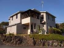 今井浜海岸の小高い丘に佇む全5室の宿。海から昇る朝日がきれいです