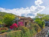 外観/つつじや山桜が咲く自然に囲まれtた静かな山あいのお宿でございます。