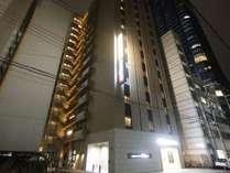 ◆ホテル外観(夜) オフィス街のため、夜は周囲が静か◆