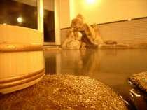 寝ころび入浴と泉飲が可能で、希少な鳥取温泉の源泉を使用。