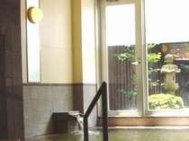 レンガで作られたシンプルな洋式風呂は仕事の疲れを癒します。