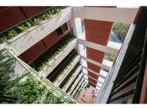 【外廊下/昼】吹き抜け構造で海外のアパートメントのようなオシャレなホテルです
