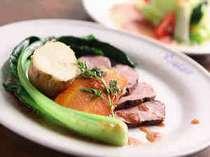 メイン料理とサラダ コース料理一例