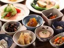 和食の小鉢料理がプラスされる和洋折衷料理の日もある