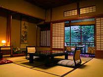 中庭を望む木造数寄屋建築の客室の一例です