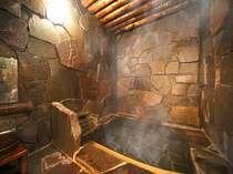 日本有数の洞窟風呂がついた「特別室」のお風呂はふたりのお篭り湯。