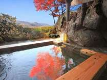 貸切露天風呂に鮮やかな紅葉を写す