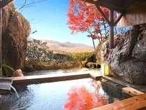 貸切露天風呂の湯面に写る紅葉と秋の大自然に包まれて    (月の湯)
