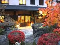 秋の紅葉と澤右衛門外観