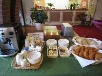 朝食付プランがなくなり、ロビーにてパンとコーヒーのサービスになりました。