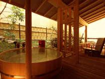露天風呂付客室 露天風呂は「ひのき樽風呂」