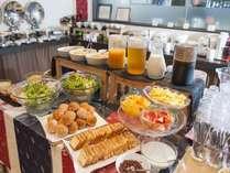 朝食は和洋食バイキング♪日替わりで沖縄料理も楽しめる!