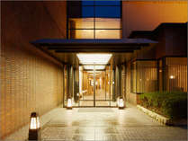 【ホテルエントランス】ようこそ三井ガーデンホテル京都三条へ。