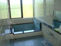 *【お風呂】温かい湯船に浸かり、癒しのひと時をお過ごしください。(ご利用は23時迄)