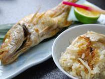 *夕食(一例)秋のご飯はきのこの炊き込みご飯。旬とその日の仕入れにあわせてご用意。