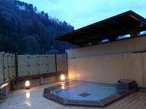 山景色も見事な露天風呂