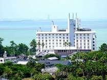 青島海岸沿いに建つホテルからの眺めは最上級!潮の香りと波の音に癒されます。